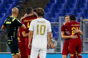 Roma's Edin Dzeko (2R)  jubilates with his teammates after scoring the 2-2 goal during the friendly soccer match AS Roma vs Real Madrid CF at Olimpico stadium in Rome, Italy, 11 August 2019. ANSA/ANGELO CARCONI (ANSA)
