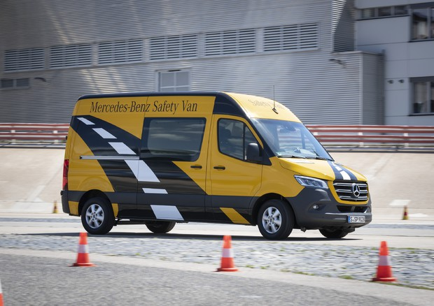 Mercedes Sprinter fa pieno di tecnologie, a bordo Distronic ©